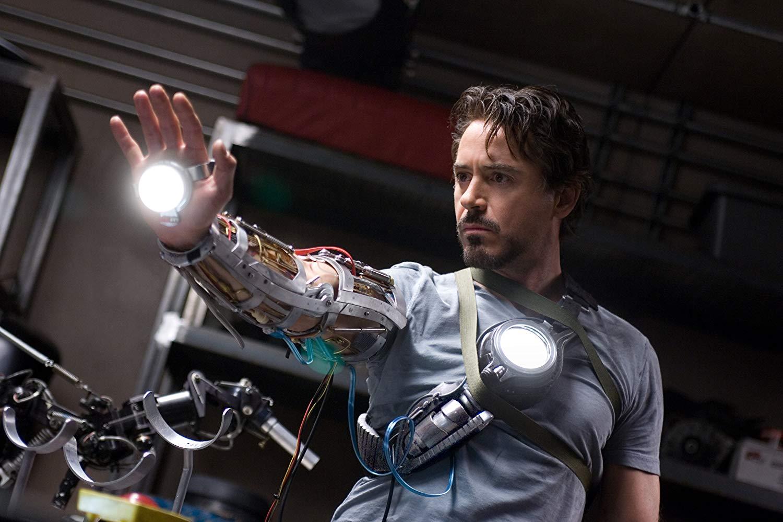 Tony Stark começa a se tornar o Homem de Ferro.
