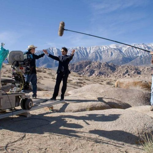 Jon Favreau e Robert Downey Jr. - Cena icônica do deserto é gravada.