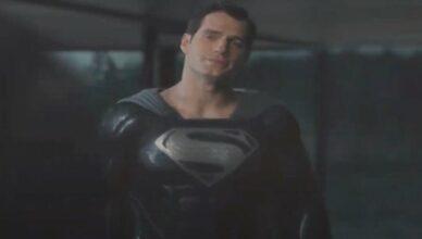 Zack Snyder divulga cena com Superman usando uniforme preto.
