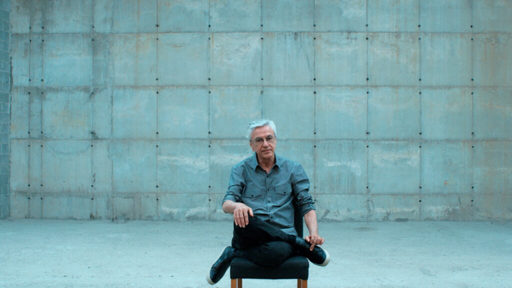 Documentário sobre a prisão de Caetano Veloso em 1968 é selecionado para o Festival de Veneza.